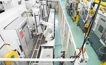 機械加工ラインの素材供給から完成品搬出までを担う「ロボトラ」。