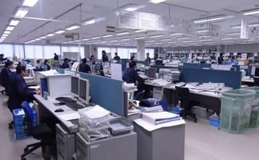 ワンフロアに設計・制御・営業・標準化部門等が同居し、連携力を発揮