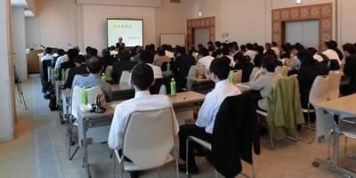 外部講師を招くなど多彩な研修プログラム